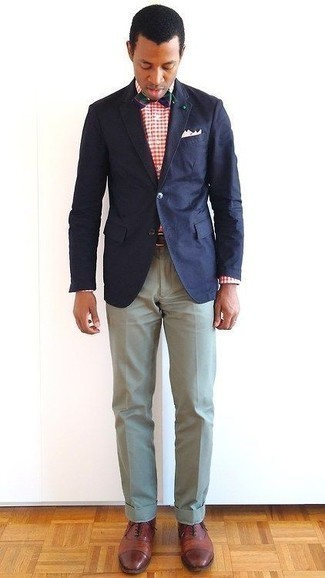 How to Wear a Bow-tie For Men: We all want functionality when it comes to style, and this contemporary combo of a navy blazer and a bow-tie is a perfect example of that. Brown leather oxford shoes are guaranteed to give an element of elegance to your look.