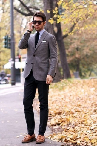 How to Wear Black Dress Pants For Men: Loving how this combination of a grey blazer and black dress pants immediately makes any gentleman look dapper and refined. A pair of tan leather tassel loafers complements this look quite well.