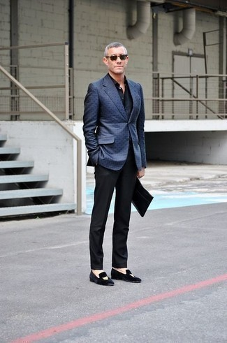 How to Wear Black Dress Pants For Men: Teaming a blue blazer and black dress pants is a surefire way to infuse your wardrobe with some rugged elegance. If in doubt about the footwear, introduce a pair of black embroidered velvet loafers to this outfit.