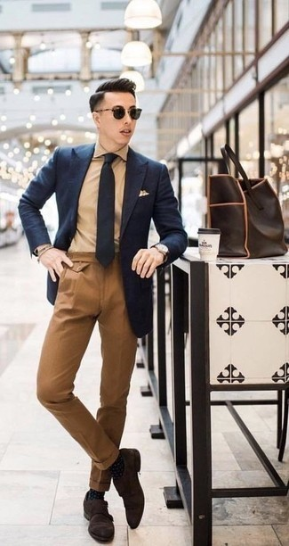 Tie Outfits For Men: For a look that's refined and totally gasp-worthy, go for a navy blazer and a tie. A pair of dark brown suede double monks will give a playful vibe to your ensemble.