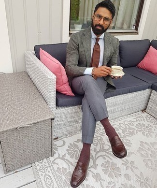 Brown Socks Outfits For Men: For something more on the relaxed end, try this pairing of a grey linen blazer and brown socks. To introduce a bit of depth to this outfit, add brown leather loafers to the mix.