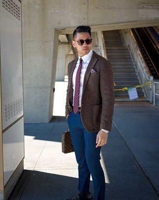 Brown Leather Zip Pouch Outfits For Men: This combination of a brown wool blazer and a brown leather zip pouch is irrefutable proof that a pared down casual ensemble doesn't have to be boring. Complement your ensemble with a pair of dark brown leather loafers for an added touch of class.