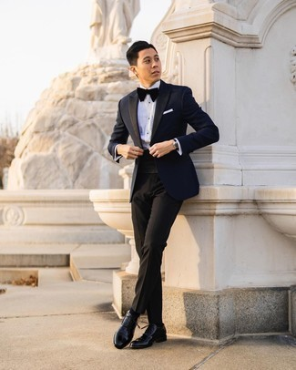 Bow-tie Outfits For Men: Combining a navy blazer with a bow-tie is an awesome pick for an off-duty yet dapper look. A pair of black leather oxford shoes instantly boosts the classy factor of your ensemble.