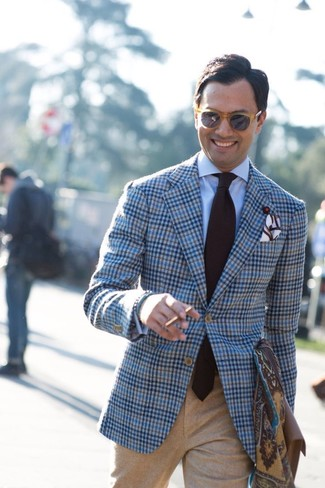 How to Wear a Dark Brown Print Scarf For Men: Show off your skills in men's fashion by pairing a light blue plaid wool blazer and a dark brown print scarf for an off-duty look.