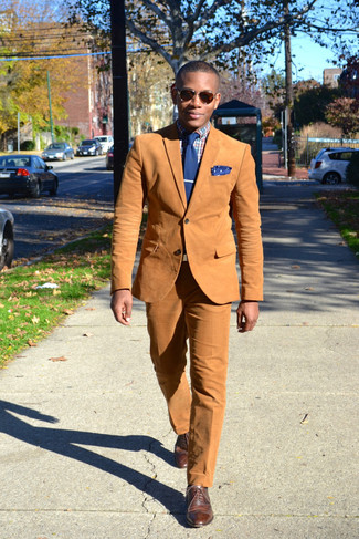How to Wear Dark Brown Dress Pants For Men: You're looking at the hard proof that a tobacco cotton blazer and dark brown dress pants look awesome when worn together in an elegant outfit for today's guy. Add brown leather brogues to the mix to avoid looking too formal.