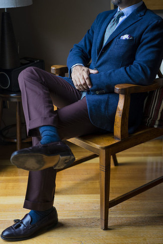 Navy Socks Outfits For Men: This casual combo of a navy blazer and navy socks is extremely easy to throw together without a second thought, helping you look amazing and ready for anything without spending too much time digging through your wardrobe. You can take a classic approach with footwear and complete this look with a pair of dark brown leather tassel loafers.