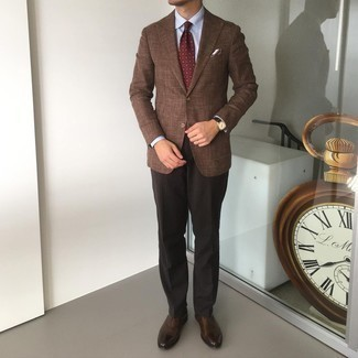 Burgundy Print Tie Outfits For Men: For an outfit that's stylish and Bond-worthy, choose a brown blazer and a burgundy print tie. Complement this ensemble with a pair of dark brown leather oxford shoes and ta-da: the outfit is complete.