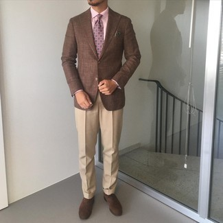 Khaki Dress Pants Outfits For Men: Try pairing a brown blazer with khaki dress pants to look modern and classic. We adore how this whole outfit comes together thanks to dark brown suede oxford shoes.