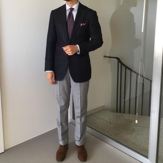 Tie Outfits For Men: This polished combination of a navy blazer and a tie is undoubtedly a statement-maker. Throw dark brown suede oxford shoes in the mix to tie your full outfit together.