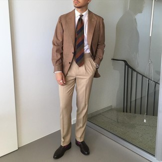 Tie Outfits For Men: Indisputable proof that a brown blazer and a tie look amazing when worn together in a sophisticated outfit for a modern gent. Feeling bold today? Spice things up by slipping into dark brown leather loafers.