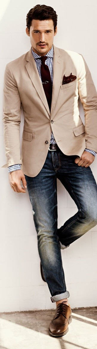 A cream sport coat and dark blue jeans is a nice combination to impress a girl on a date night. Round off this look with brown leather brogues.