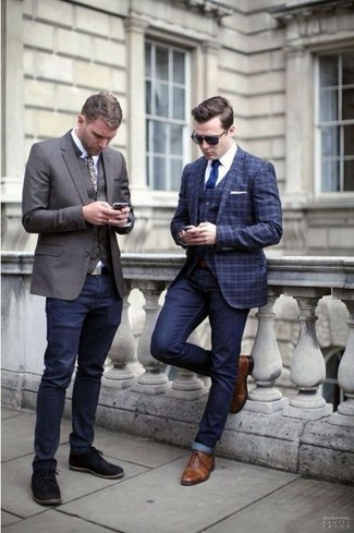 A dark blue plaid blazer and navy jeans is a wonderful combination worth integrating into your wardrobe. Add brown leather oxford shoes to your outfit for an instant style upgrade. Is there a nicer idea for a extremely hot afternoon?