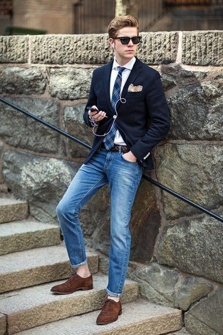 How to Wear a Beige Pocket Square: For an on-trend outfit without the need to sacrifice on functionality, we love this combo of a navy blazer and a beige pocket square. Dial down the casualness of your ensemble by finishing off with a pair of brown suede oxford shoes.