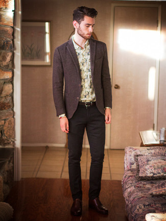 Beige Beaded Bracelet Outfits For Men: A dark brown wool blazer and a beige beaded bracelet are a cool combo to add to your daily styling routine. A pair of dark brown leather oxford shoes instantly lifts up any outfit.
