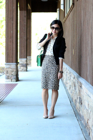 This combination of a black blazer and an animal pencil skirt is perfect for off-duty occasions. This outfit is complemented perfectly with beige leather pumps.