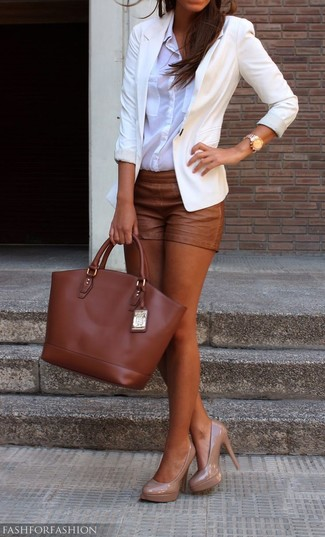 How to Wear Brown Shorts For Women: A white blazer and brown shorts are essential in a versatile off-duty sartorial collection. To bring some extra glam to this outfit, finish off with a pair of beige leather pumps.