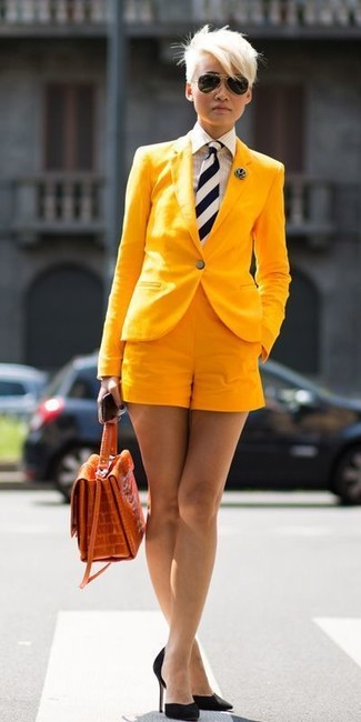 This combination of a yellow blazer jacket and yellow shorts is a safe bet for an effortlessly cool look. Polish off the ensemble with black suede pumps. The ease and comfort of this combination takes care of the heat and helps you make a ravishing statement wherever you go.