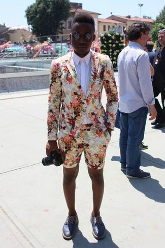 The versatility of a white jacket and white floral shorts makes them investment-worthy pieces. Blue leather derby shoes will add a touch of polish to an otherwise low-key look. One actually can to look cool and fresh under the scorching heat, and this getup is a shining example of just that.