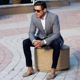 Reach for a black and white gingham blazer and deep blue skinny jeans for a Sunday lunch with friends. Beige suede tassel loafers will add elegance to an otherwise simple outfit. We're loving that this outfit is great come extremely hot summer days.