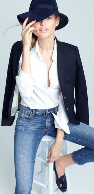 How to Wear a Navy Wool Hat For Women: This pairing of a navy blazer and a navy wool hat embodies casual cool and relaxed style. Add navy suede loafers to this ensemble to kick things up to the next level.