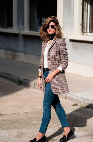 How to wear: pink houndstooth blazer, white dress shirt, blue skinny jeans, black leather tassel loafers