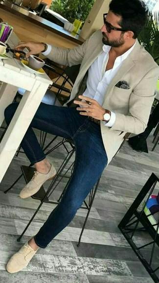 How to wear: beige blazer, white dress shirt, navy skinny jeans, beige suede derby shoes