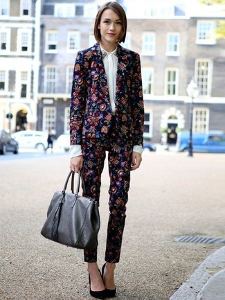 A navy floral blazer and Lauren Ralph Lauren women's Floral Print Skinny Pants is a nice pairing to impress your crush on a date night. A cool pair of black suede pumps is an easy way to upgrade your look. Keep this combination in your front hall closet come warmer days, and rest assured, you'll save time racking your brain for an outfit on more than one occasion.