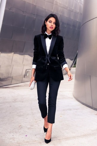 For an on-trend look without the need to sacrifice on practicality, we love this combination of a black velvet blazer jacket and black fitted pants. Round off this outfit with black suede pumps. When spring is in full effect, you'll appreciate how ideal this look is for weird transition weather.