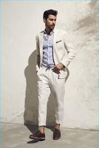 Cómo combinar: blazer en beige, camisa de manga larga de seersucker celeste, pantalón cargo en beige, zapatos derby de cuero en marrón oscuro