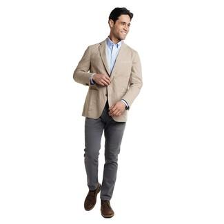 Cómo combinar: blazer en beige, camisa de manga larga celeste, pantalón chino en gris oscuro, botas safari de cuero en marrón oscuro