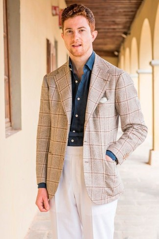 Cómo combinar: blazer de lana a cuadros en beige, camisa de vestir de cambray azul marino, pantalón de vestir blanco, pañuelo de bolsillo blanco
