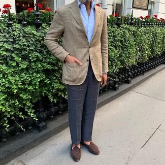 Cómo combinar: blazer de tartán en beige, camisa de vestir celeste, pantalón de vestir azul marino, mocasín de ante en marrón oscuro
