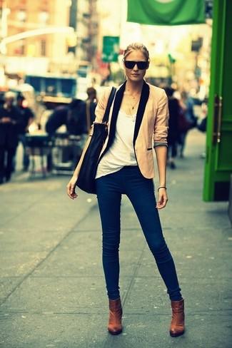 Cómo combinar: blazer en beige, camiseta con cuello circular blanca, vaqueros azul marino, botines marrónes