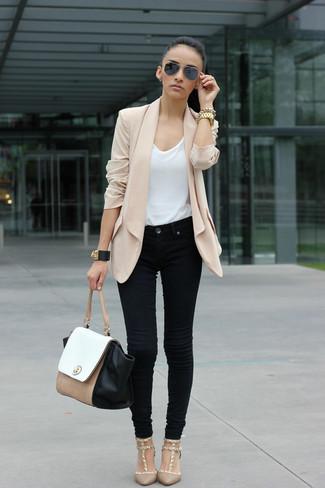 Cómo combinar: blazer de seda en beige, camiseta con cuello circular blanca, vaqueros negros, zapatos de tacón en beige