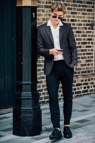 Cómo combinar: blazer en gris oscuro, camisa de manga corta blanca, pantalón chino negro, zapatos derby de cuero сon flecos negros