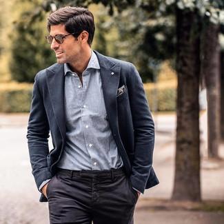 Cómo combinar: blazer en gris oscuro, camisa de manga larga de cambray gris, pantalón de vestir negro, pañuelo de bolsillo de paisley gris