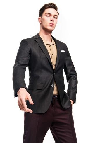 Cómo combinar: blazer en gris oscuro, camisa de manga larga marrón claro, pantalón de vestir burdeos, pañuelo de bolsillo blanco