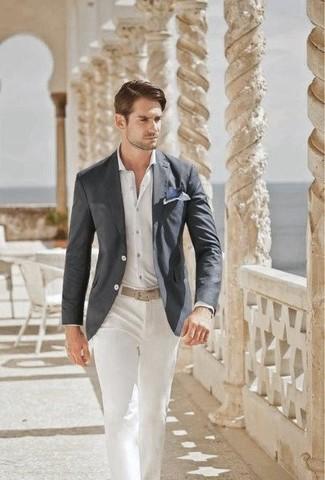 Cómo combinar: blazer en gris oscuro, camisa de vestir blanca, pantalón chino blanco, correa de cuero en beige