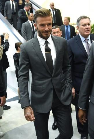Cómo combinar: blazer en gris oscuro, camisa de vestir blanca, pantalón de vestir negro, corbata negra