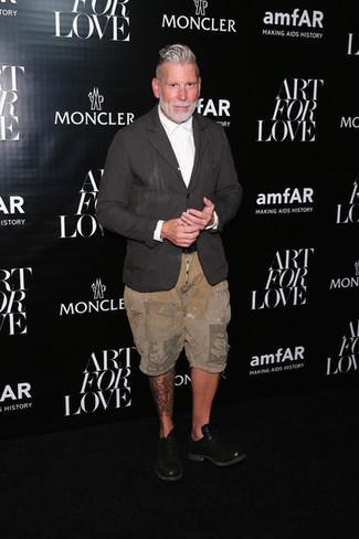 Cómo combinar: blazer de lino en gris oscuro, camisa de vestir blanca, pantalones cortos marrón claro, zapatos oxford de cuero negros