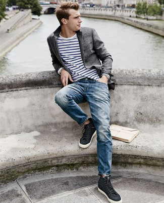 Cómo combinar: blazer de lana en gris oscuro, camiseta de manga larga de rayas horizontales en blanco y azul marino, vaqueros azules, zapatillas altas negras