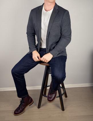 Cómo combinar: blazer en gris oscuro, camiseta henley blanca, vaqueros azul marino, botas casual de cuero morado oscuro