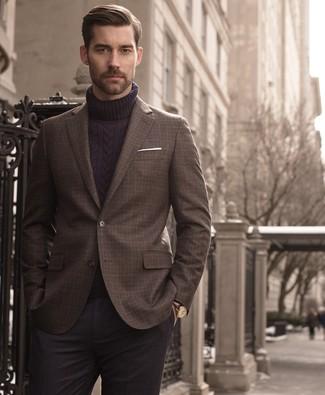 Cómo combinar: blazer a cuadros en marrón oscuro, jersey de cuello alto de lana de punto azul marino, pantalón de vestir de lana en gris oscuro, pañuelo de bolsillo blanco