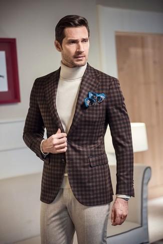 Cómo combinar: blazer de lana de cuadro vichy en marrón oscuro, jersey de cuello alto blanco, pantalón de vestir de lana en beige, pañuelo de bolsillo estampado azul