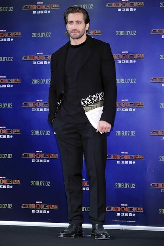 Cómo combinar: blazer estampado en negro y blanco, camiseta con cuello circular azul marino, pantalón de vestir negro, botines chelsea de cuero negros