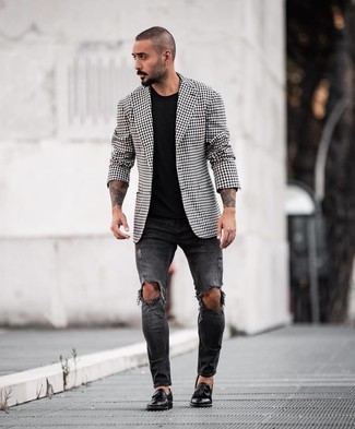 Cómo combinar: blazer de cuadro vichy en negro y blanco, camiseta con cuello circular negra, vaqueros pitillo desgastados negros, mocasín con borlas de cuero negro