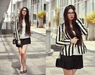Cómo combinar: blazer de rayas verticales en negro y blanco, camiseta sin manga blanca, pantalones cortos negros, bolso bandolera de cuero acolchado negro