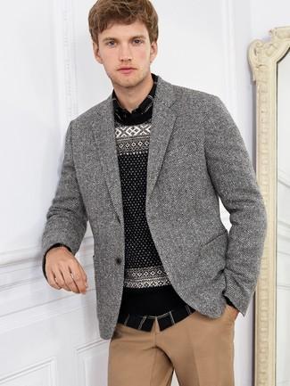 Cómo combinar: blazer de espiguilla en negro y blanco, jersey con cuello circular de grecas alpinos en negro y blanco, camisa de manga larga de tartán en negro y blanco, pantalón chino marrón claro