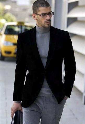 Fais l'expérience d'un style classique avec un blazer en velours noir Alexander McQueen et un pantalon de costume en laine gris.