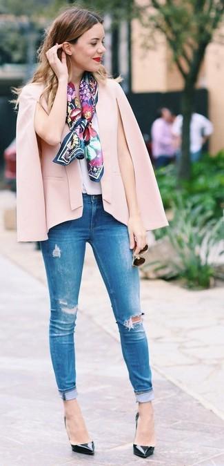 Cómo combinar: blazer estilo capa rosado, blusa sin mangas de seda blanca, vaqueros pitillo desgastados azules, zapatos de tacón de cuero negros